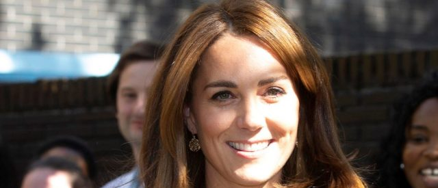 kate-middleton-wows-in-beautiful-black-and-white-top-and-pants-combo
