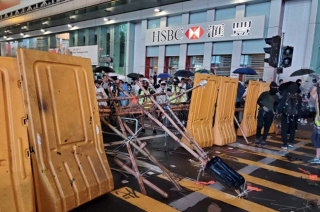 hong-kong-protesters-build-makeshift-catapult-on-third-day-of-unrest-over-'anti-mask'-law