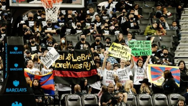photos:-hollywood-producer-buys-300-tickets-to-nba-game,-invitees-protest-on-behalf-of-hong-kong