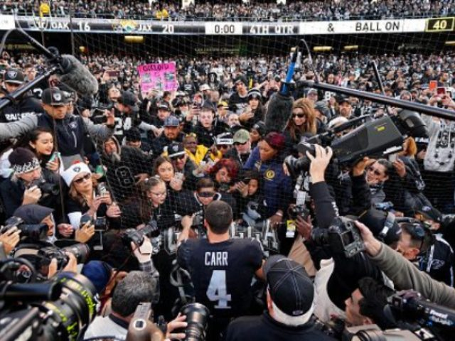 watch:-raiders-fans-boo,-hurl-garbage-in-final-oakland-game