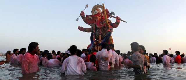fact-check:-does-this-video-show-people-in-india-throwing-religious-statues-into-a-river-during-the-covid-19-pandemic?