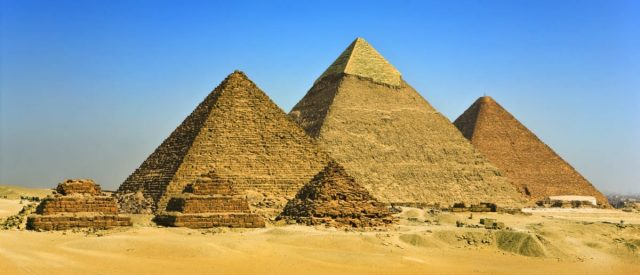 fact-check:-image-claims-to-show-lightning-over-the-pyramids-of-giza