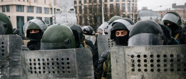 belarus-police-use-stun-grenades-on-100,000-protesters-demanding-president-resign