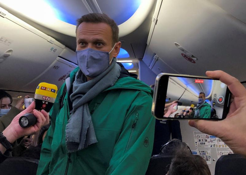 watch:-kremlin-critic-alexei-navalny-arrested-immediately-upon-landing-in-moscow