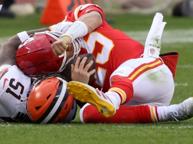 watch:-chiefs'-pat-mahomes-leaves-game-after-taking-vicious-hit