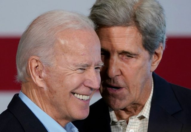 white-house-silent-on-photos-of-john-kerry-not-wearing-mask-on-commercial-flight