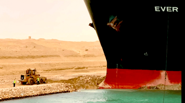 watch-–-container-ship-still-blocking-suez-canal:-how-are-they-trying-to-free-it?