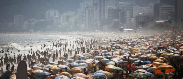 fact-check:-does-this-video-show-brazilians-resisting-coronavirus-restrictions-at-the-beach?