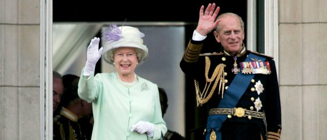 fact-check:-does-this-photo-show-prince-philip-'pranking'-queen-elizabeth?