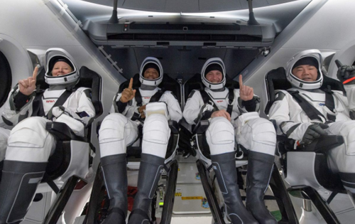 spacex-capsule-successfully-returns-4-astronauts-from-iss-in-first-nighttime-splashdown-since-1968