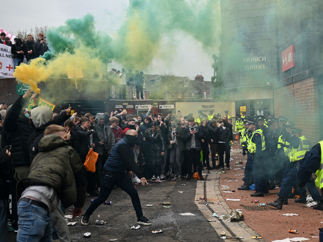 manchester-united-fans-invade-pitch,-shut-down-game-in-protest-against-owners