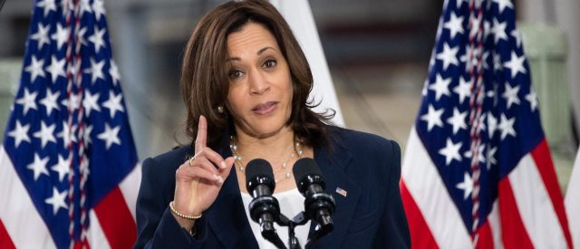 fact-check:-does-this-image-show-kamala-harris-staging-boarding-an-airplane-using-a-green-screen?