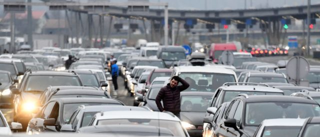 fact-check:-does-this-image-show-germans-abandoning-their-vehicles-in-protest-of-fuel-price-increases?