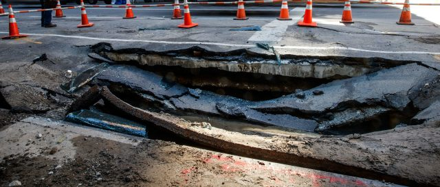 sinkholes-stop-traffic,-devour-cars-in-nyc
