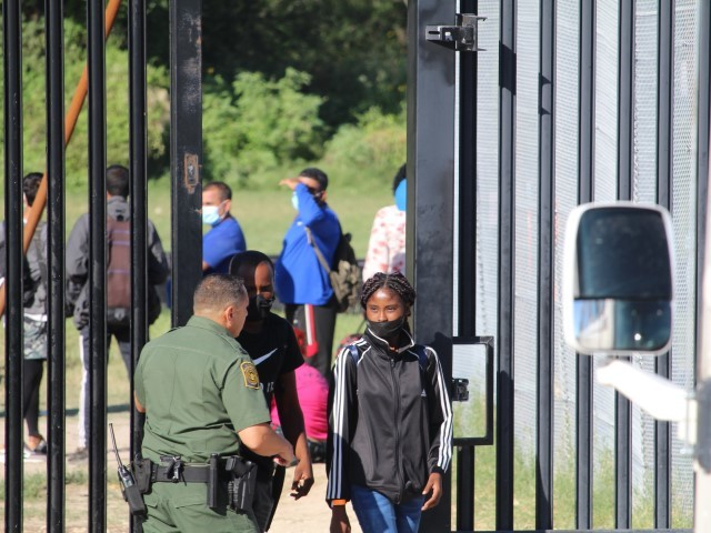 exclusive-video:-border-patrol-opens-gates-to-hundreds-of-migrants-near-west-texas-town